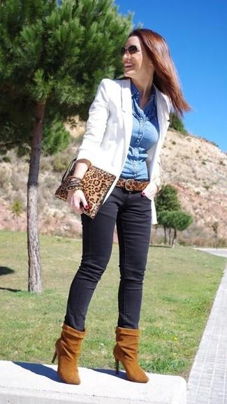 Что носить с коричневыми джинсами женщине