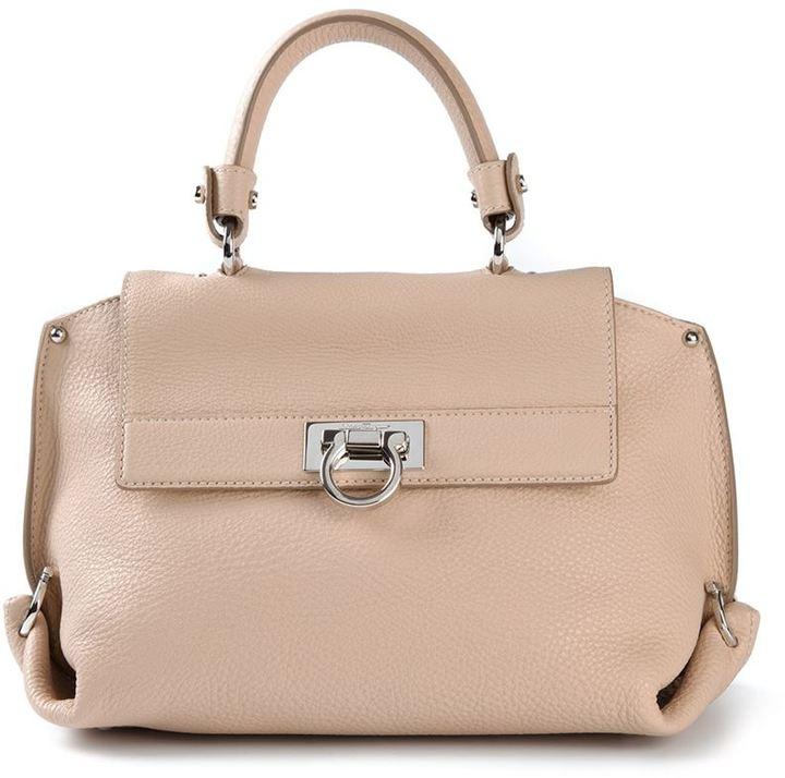 b65f2b0fcb5b Бежевая кожаная сумка-саквояж от Salvatore Ferragamo, 74 315 руб ...