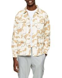 Бежевая куртка-рубашка с камуфляжным принтом