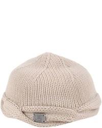 Бежевая шапка
