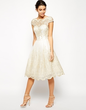 Кружевного коктейльного платья