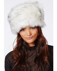 Белая меховая шапка