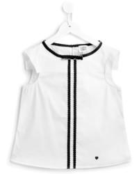Белая футболка в вертикальную полоску