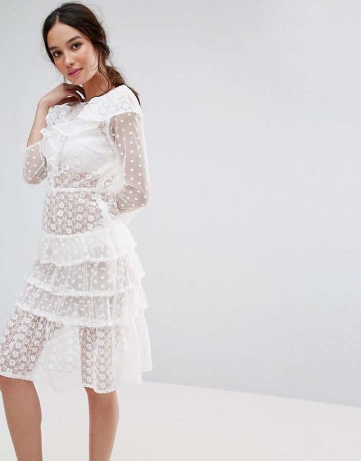 9c8926d55a40b5c Белое джинсовое платье-миди с рюшами от Missguided, 2 902 руб ...