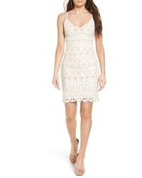 Белое кружевное платье-комбинация