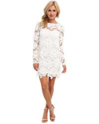 Белое кружевное платье прямого кроя