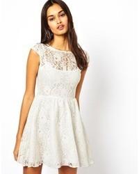 Белое кружевное платье с плиссированной юбкой