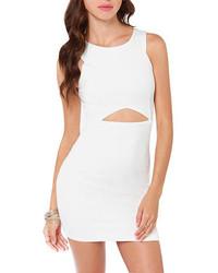 Белое облегающее платье с вырезом