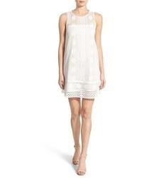Белое платье прямого кроя крючком