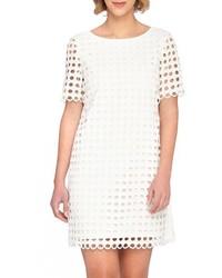 Белое платье прямого кроя с люверсами