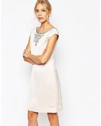 Белое платье прямого кроя с украшением