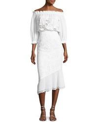 Белое платье с открытыми плечами с люверсами