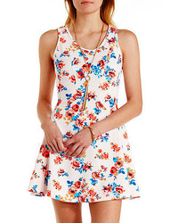 Белое платье с плиссированной юбкой с цветочным принтом
