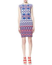 Бело-красно-синее облегающее платье с принтом
