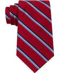 Бело-красно-синий галстук в вертикальную полоску