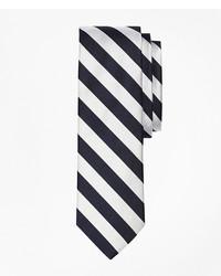 Бело-черный галстук в вертикальную полоску