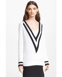 Бело-черный свитер с v-образным вырезом