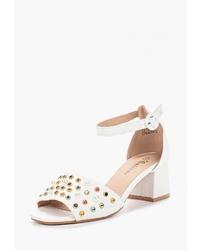 Белые кожаные босоножки на каблуке с шипами от Catisa