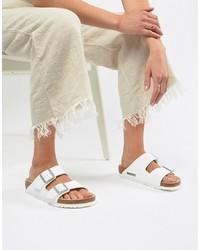 Белые кожаные сандалии на плоской подошве от Birkenstock