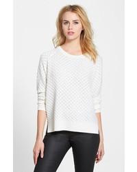 Белый свободный свитер с рельефным рисунком