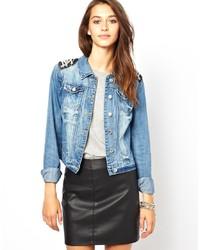 Голубая джинсовая куртка с украшением