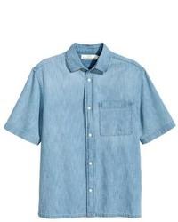 Голубая джинсовая рубашка с коротким рукавом