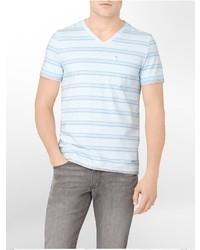 Голубая футболка с v-образным вырезом в горизонтальную полоску