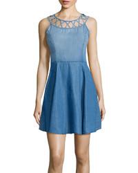Голубое джинсовое платье с плиссированной юбкой