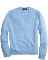 Голубой свитер с v-образным вырезом