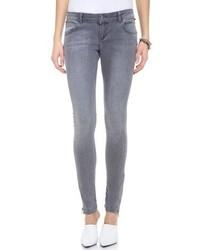 Собираясь в кино или кафе, обрати внимание на сочетание топсайдеров и джинсов скинни.