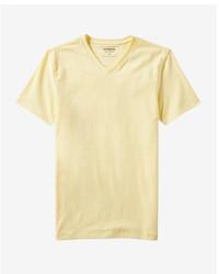 Желтая футболка с v-образным вырезом