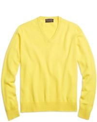 Желтый свитер с v-образным вырезом