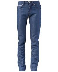 Белая классическая рубашка и зауженные джинсы позволят создать гармоничный деловой образ.