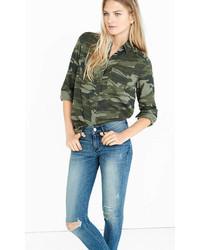 Зеленая джинсовая рубашка с камуфляжным принтом