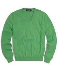 Зеленый свитер с v-образным вырезом