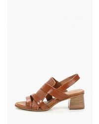 Коричневые кожаные босоножки на каблуке от Tamaris