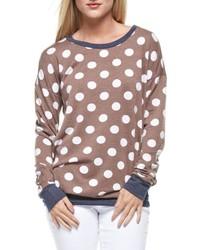Коричневый свитер с круглым вырезом в горошек