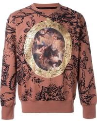 Коричневый свитер с круглым вырезом с принтом