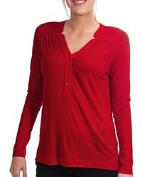 Красная футболка на пуговицах