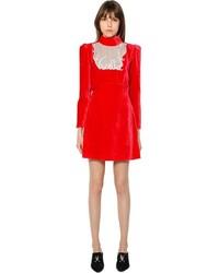 Красное бархатное платье прямого кроя