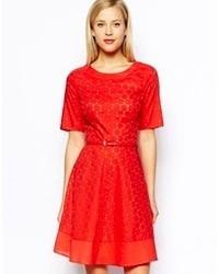 Красное кружевное платье с плиссированной юбкой