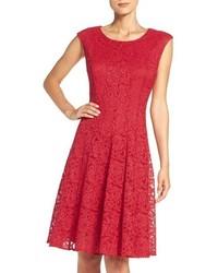 Красное кружевное платье с пышной юбкой