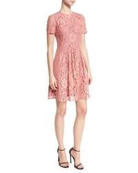 Женское красное кружевное платье с пышной юбкой от Burberry