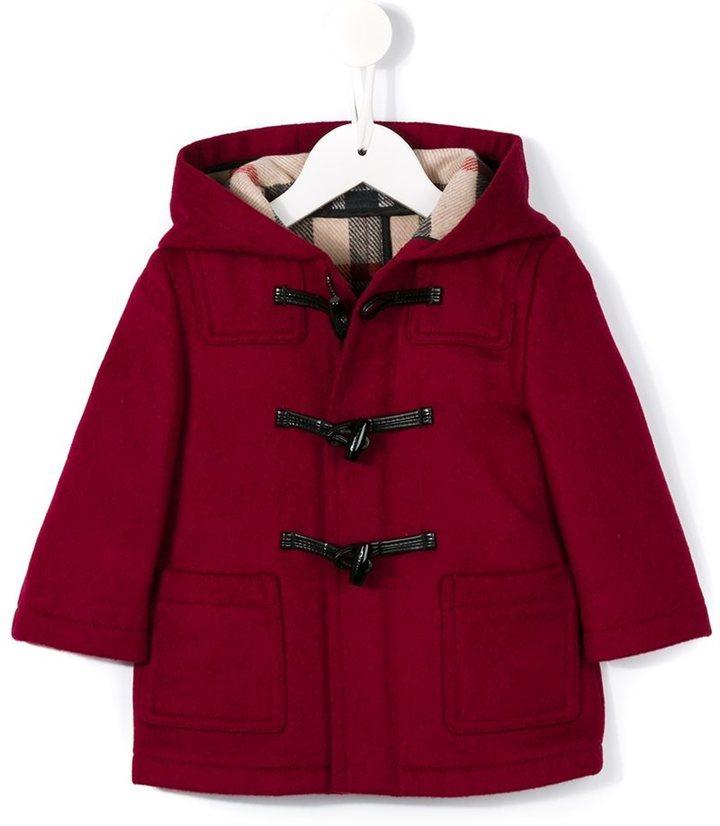 a5cdca06f199 Детское красное пальто для девочек от Burberry   Где купить и с чем ...