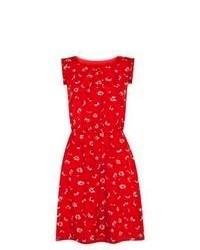 Красное платье с плиссированной юбкой с цветочным принтом