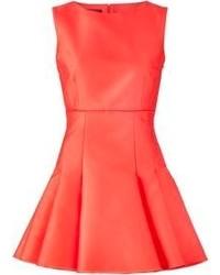 Красное платье с плиссированной юбкой