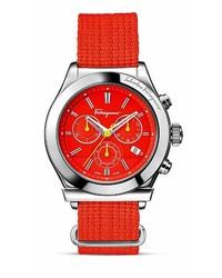 Красные часы из плотной ткани