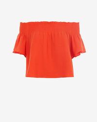 Красный топ с открытыми плечами