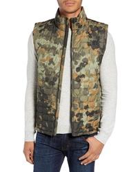 Оливковая куртка без рукавов с камуфляжным принтом