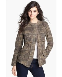 Оливковая куртка в стиле милитари с камуфляжным принтом